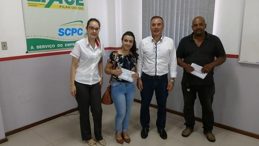 Ganhadores da promoção 'Fim de Ano Premiado' recebem seus vale-compras
